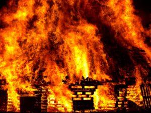 ogień trawiący dom