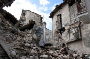 zrujnowane domy po trzęsieniu ziemi