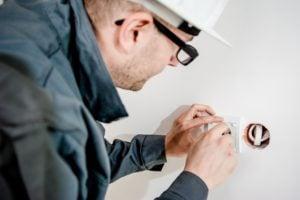 elektryk assistance naprawiający gniazdko