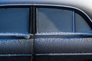 oszroniony samochod podczas zimy