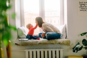 mama z dzieckiem na oknie