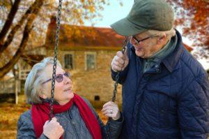 ubezpieczeni na życie osoby starsze na huśtawce
